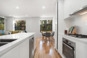 A kitchen or kitchenette at Lindfield Quiet&Brand New 2 Bedroom Apt