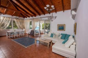 A seating area at Thasos Blue Apartments