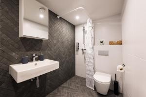 A bathroom at Hilltop Apartments - City Centre