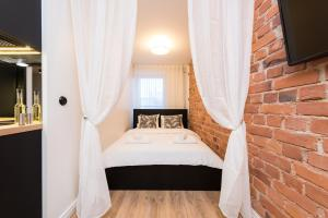 A bed or beds in a room at Hilltop Apartments - City Centre