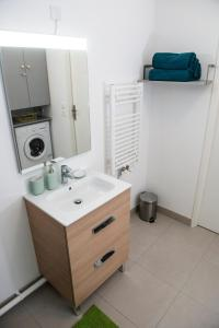 A bathroom at ILodge Secondia
