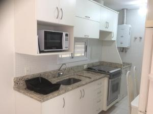 Una cocina o zona de cocina en Bem localizado com sacada, churrasqueira, garagem e split