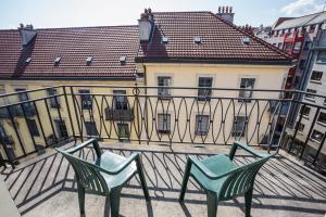 Ein Balkon oder eine Terrasse in der Unterkunft Hôtel Résidence Cité-Verdaine