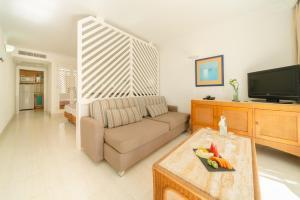 A seating area at Apartamentos Fariones