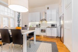 Virtuvė arba virtuvėlė apgyvendinimo įstaigoje Go Happy Home Apartments
