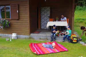 A family staying at Ferienhaus Forellenwirt