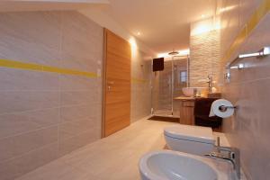 A bathroom at Silentium Dolomites Chalet since 1600