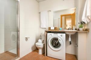 Ein Badezimmer in der Unterkunft Apartments Sata Olimpic Village Area