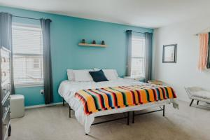 A bed or beds in a room at Quirky Modern House >> 10 mins to Downtown <<