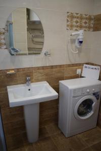 A bathroom at Apartments Rose Del Mare