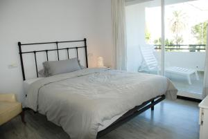 Een bed of bedden in een kamer bij Excellent Location Lovely Puerto Banus Apartment