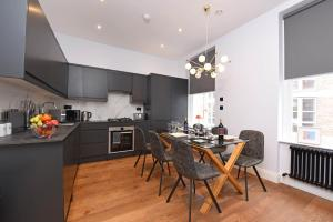 A kitchen or kitchenette at Vauxhall Bridge Apartments