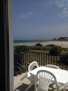 Balcon ou terrasse dans l'établissement Les Terrasses de la plage de Trestel