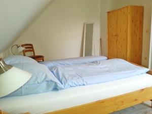 A bed or beds in a room at Haus am Schilf