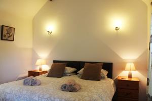 A bed or beds in a room at New Inn Lane Holiday Cottages