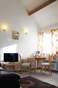 A television and/or entertainment center at New Inn Lane Holiday Cottages
