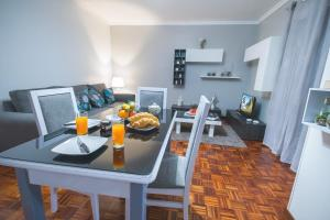 A restaurant or other place to eat at Luzia Garden - cozy & central apartment