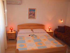 Łóżko lub łóżka w pokoju w obiekcie Apartments Lumbarda Beach