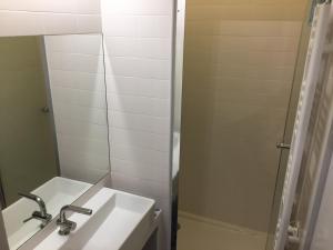 A bathroom at Appartement de charme entre Montmartre et Batignolles