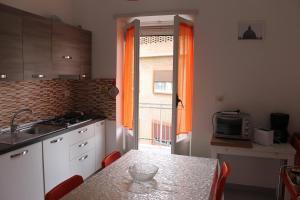 A kitchen or kitchenette at Appartamento Monteverde