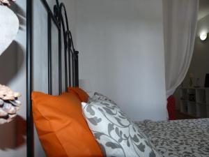 A bed or beds in a room at Suncanarias Apartamento Drago 326