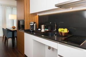 A cozinha ou cozinha compacta de Fraser Suites Geneva - Serviced Apartments
