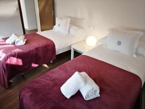 A bed or beds in a room at Barroso Centro Aptos.