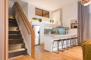 A kitchen or kitchenette at Luxury Apartment – North Loft (4 Bedrooms)