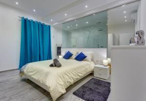 En eller flere senge i et værelse på Luxury 3BR Apartment with Marina Views