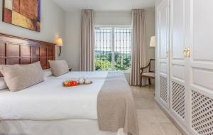 A bed or beds in a room at Ona Alanda Club Marbella
