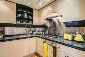 A kitchen or kitchenette at Circus Apartments By BridgeStreet