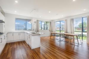 A cozinha ou kitchenette de Brand New 5BR Villa near ShoppingMall