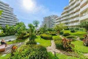 Jardín al aire libre en Benal Beach Holidays