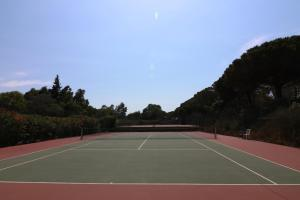 Tennis and/or squash facilities at Appartement luxueux à 100m de la plage or nearby