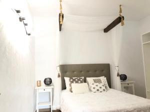 Een bed of bedden in een kamer bij Villa Paula Golf Wine & Relax