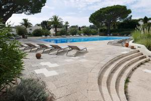 The swimming pool at or near Appartement luxueux à 100m de la plage