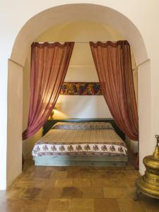 A bed or beds in a room at Dammuso Sant'Anna