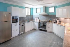Kuhinja oz. manjša kuhinja v nastanitvi Dream Inn - Palm Island Retreat Villa