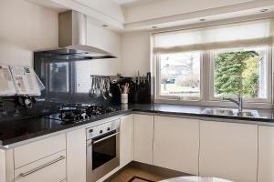 A kitchen or kitchenette at Villa Volendam 20 min from Amsterdam