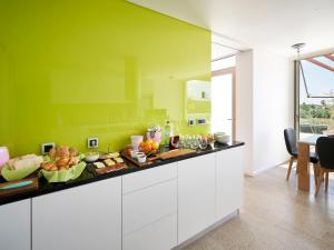 A kitchen or kitchenette at Villa Vila Oliveira