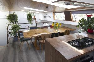 Virtuve vai virtuves aprīkojums naktsmītnē GP Amstel River Houseboat