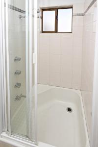 A bathroom at Ashwood Unit 9, - Close to the beach -