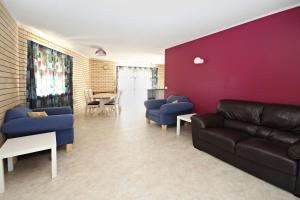 A seating area at Ashwood Unit 9, - Close to the beach -