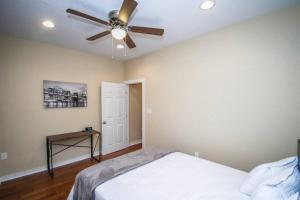 A bed or beds in a room at Hackberry St #A Renovated 2BR/2BA Near Downtown