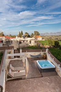 Ein Blick auf den Pool von der Unterkunft Tzanis Traditional Villa oder aus der Nähe