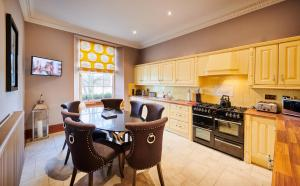 A kitchen or kitchenette at Alexander Residence