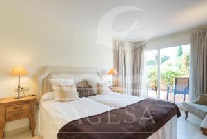 Кровать или кровати в номере Los Jardines de Santa Maria Golf
