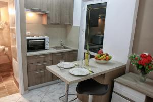 A kitchen or kitchenette at Marias Studios