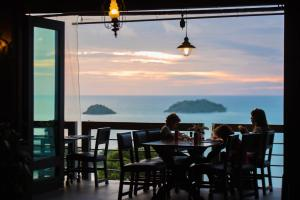 A restaurant or other place to eat at Sea View Koh Chang Pool Villas