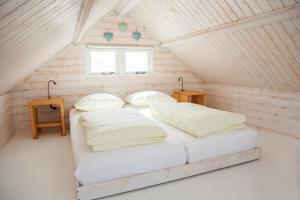 Een bed of bedden in een kamer bij Surf en beach strandhuisjes